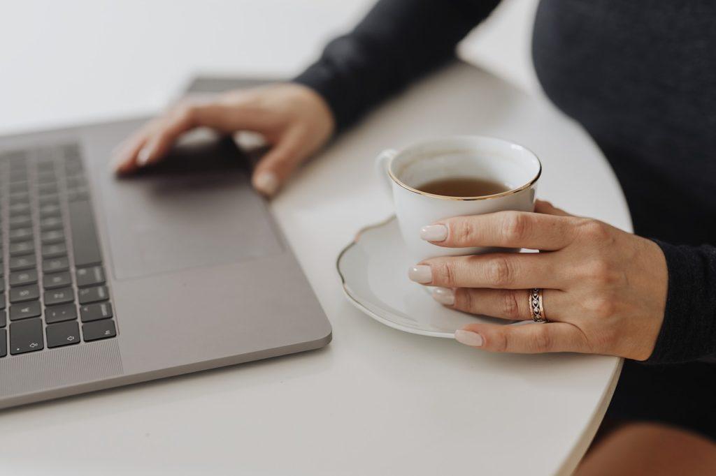 紅茶を飲みながらパソコン