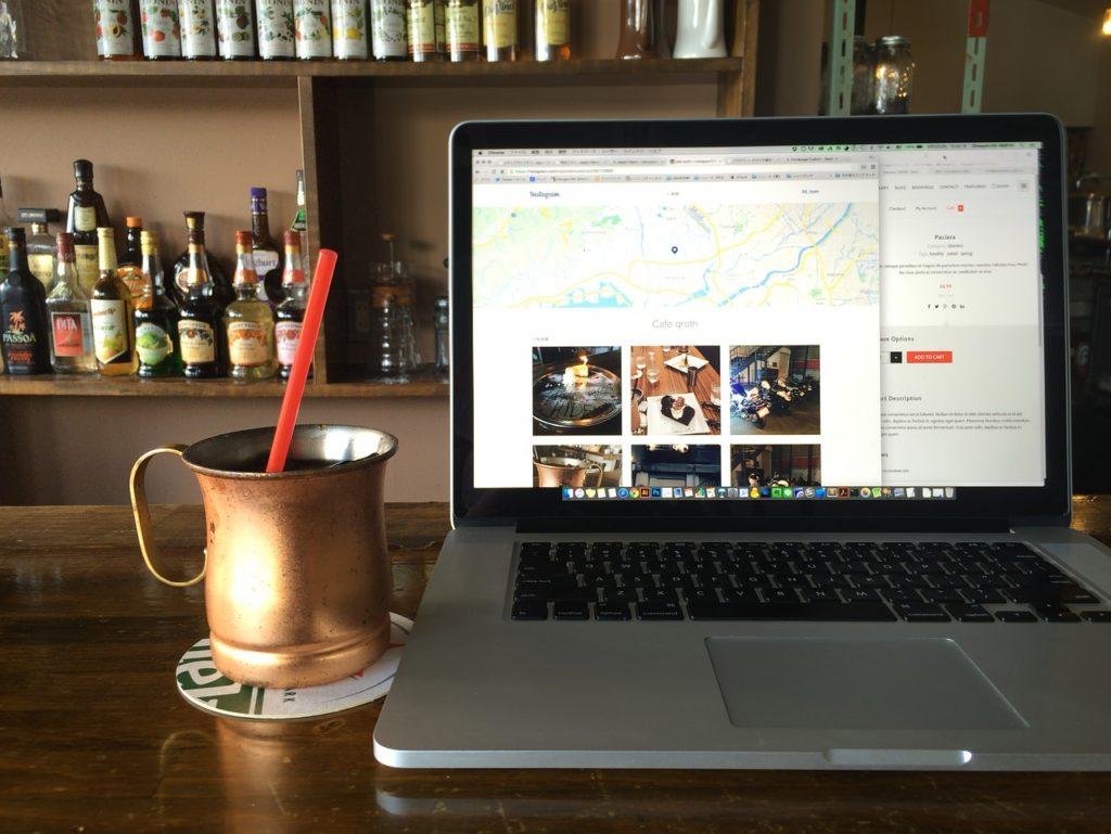 カフェでアイスコーヒー飲みながらパソコン