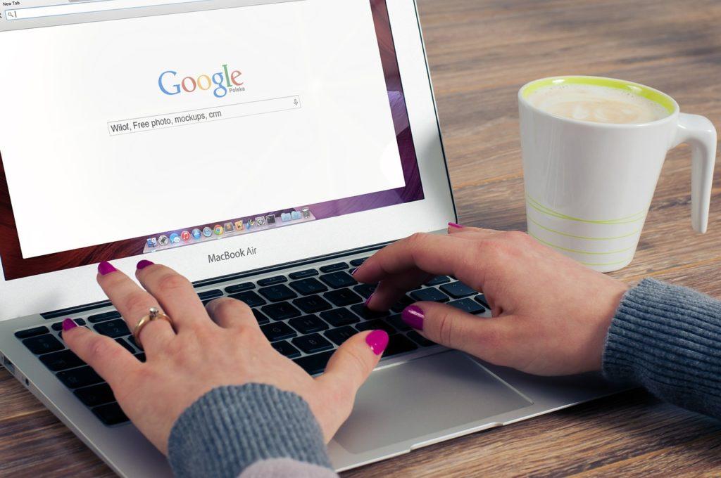 Googleで検索している女性