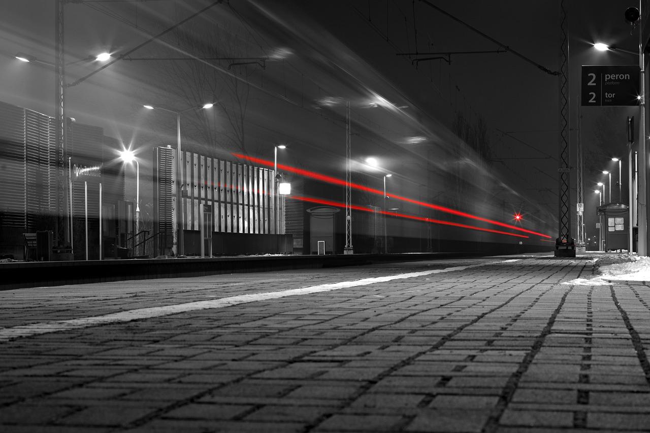 駅を発車する電車